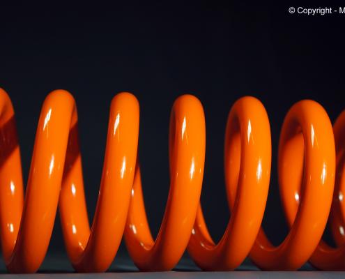 Fahrwerksfeder in Orange pulverbeschichten