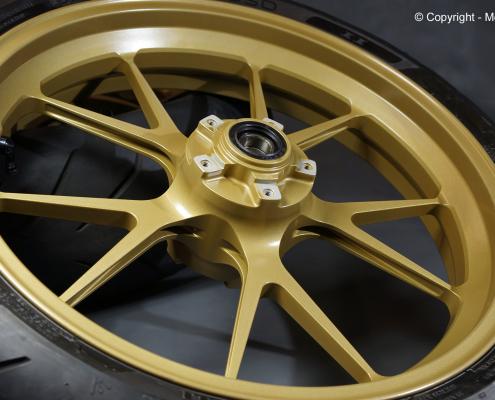 Motorradfelge in Satin Gold Metallic pulverbeschichten