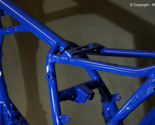 Motorradrahmen in Blau pulverbeschichten