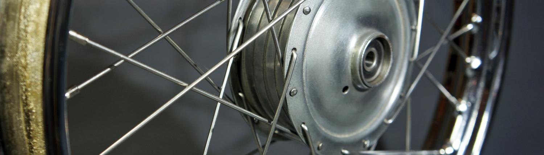 Motorrad Laufräder Einspeichen und Zentrieren