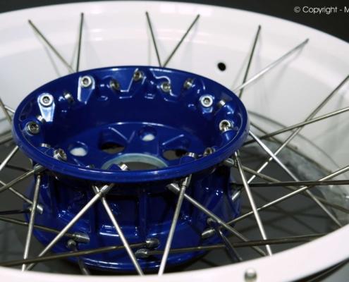 R9T Felgenring in Weiß, Nabe Blau pulverbeschichtet
