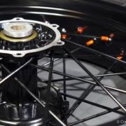 Speichenrad in schwarz mit orange eloxierten Speichennippeln