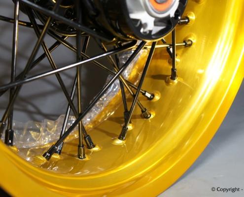 Gold Lasur auf Motorrad-Felge pulverbeschichten