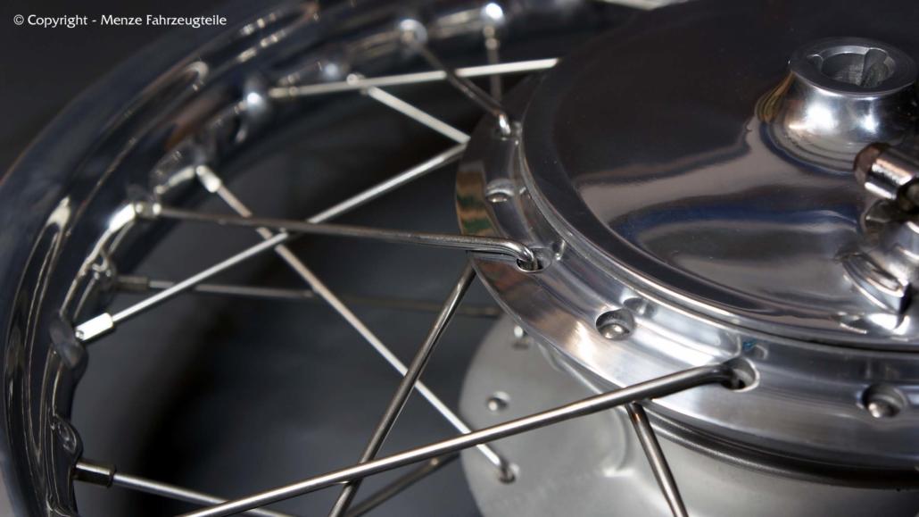 Korrekte Reinigung und Pflege von Alu polierten Motorrad Speichenrädern