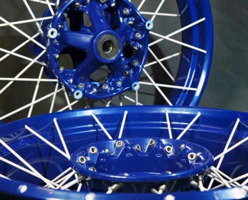 BMW Kreuzspeichenfelgen in Blau-Weiß pulverbeschichten