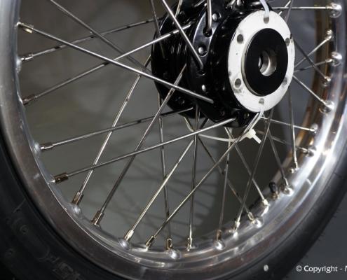 Motorrad Speichenrad zentrieren