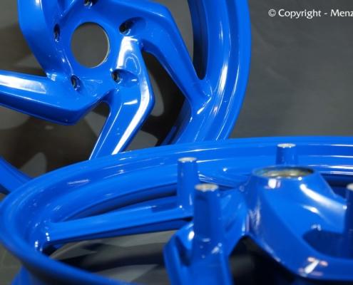 Gußfelgen in blau pulverbeschichten