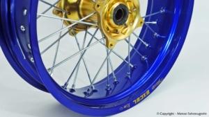 Speichenrad mit blau eloxierter Excelfelge