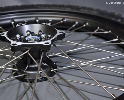 Motorrad Einspeichen und Zentrieren